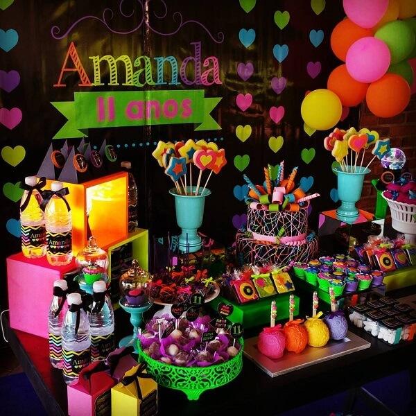 Espalhe doces coloridos pela mesa do bolo
