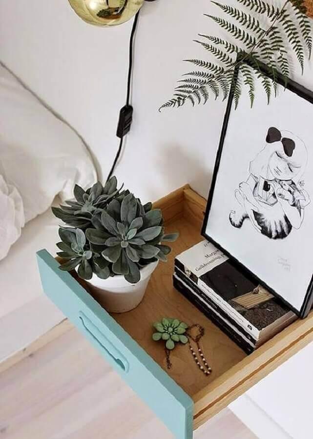 aparador feito com gaveta decorado com quadro e suculentas