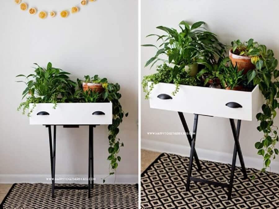 aparador feito com gaveta para decorar jardim