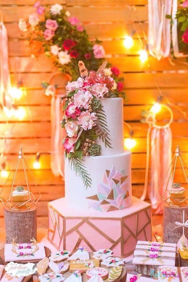 arranjo de flores para decoração de bolo em festa de 15 anos