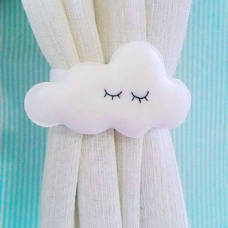 artesanato em feltro em formato de nuvem para segurar cortina