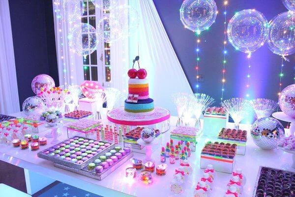 Balões iluminados encantam a decoração da festa neon