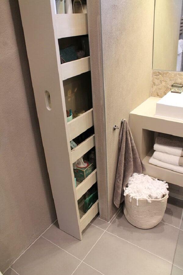 banheiro com estreito armário planejado