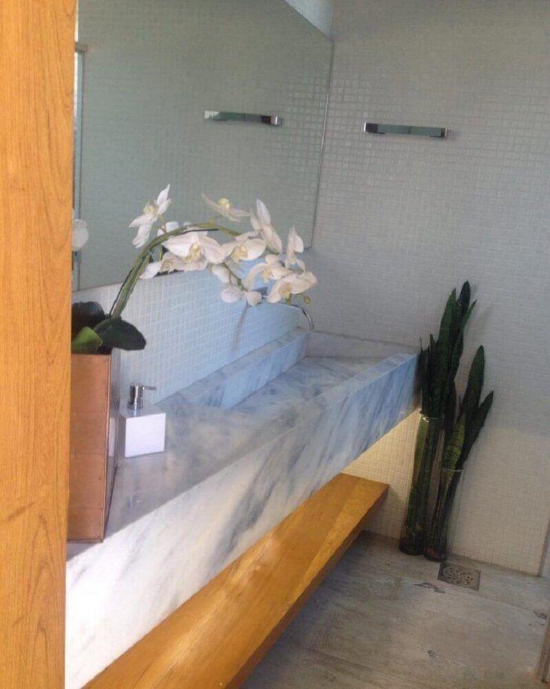 banheiro com pia esculpida na pedra Foto Luciana Melo Arquitetura