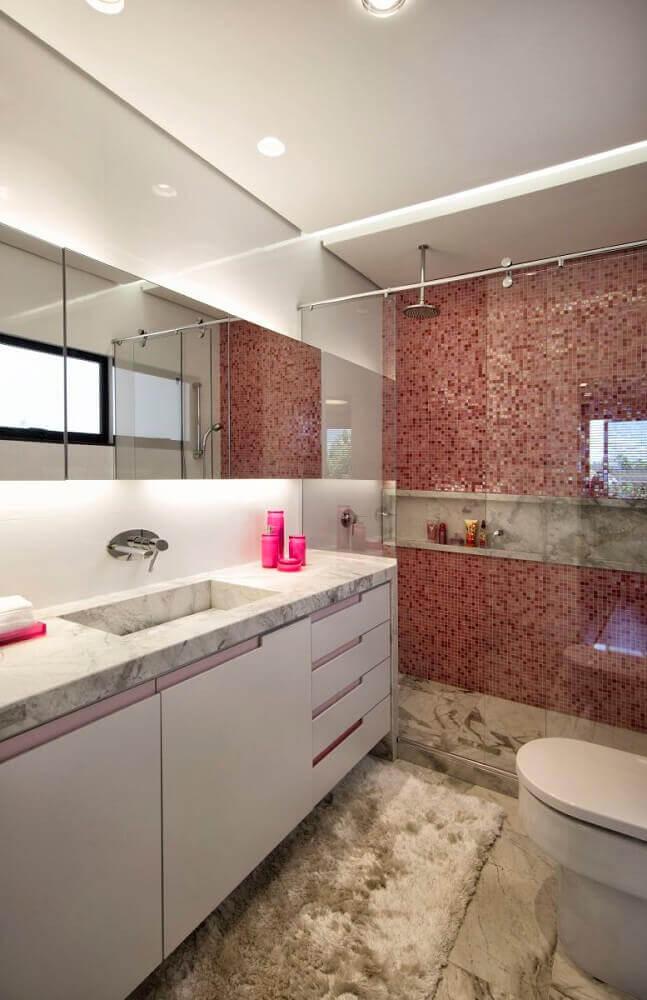 banheiro decorado com pastilhas e pia esculpida em granito Foto Elmor Arquitetura