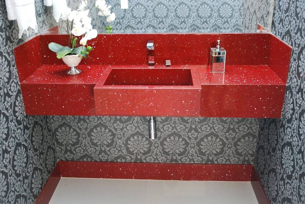 banheiro decorado em tons de vermelho e cinza com pia esculpida em silestone vermelho Foto Cotrimex Pedras Naturais
