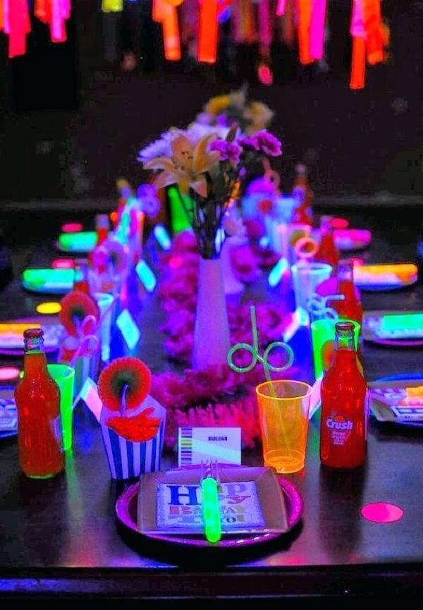 Invista em acessórios coloridos para festa neon
