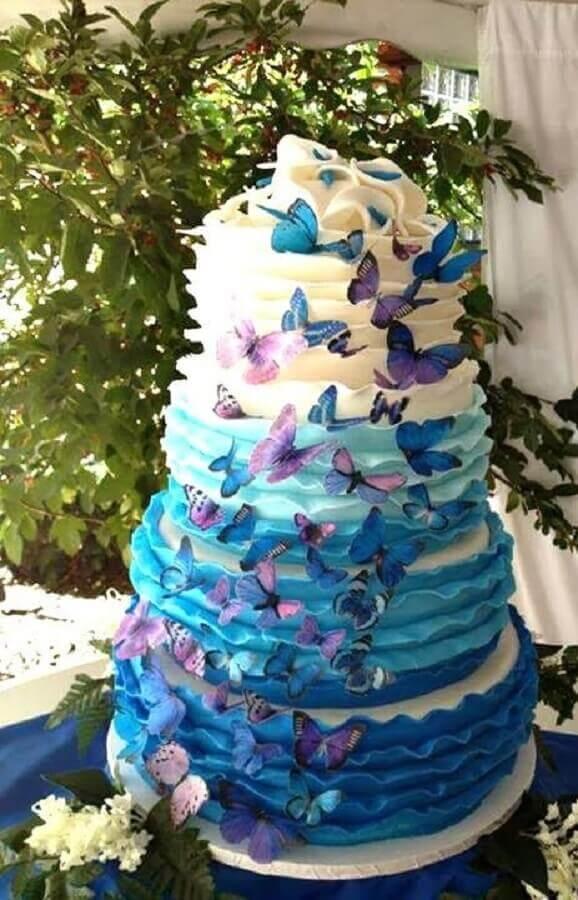 bolo para festa de 15 anos azul e branco decorado com borboletas