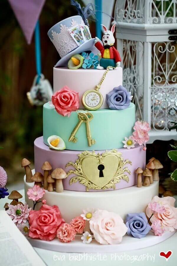 bolo para festa de 15 anos com tema Alice no país das maravilhas