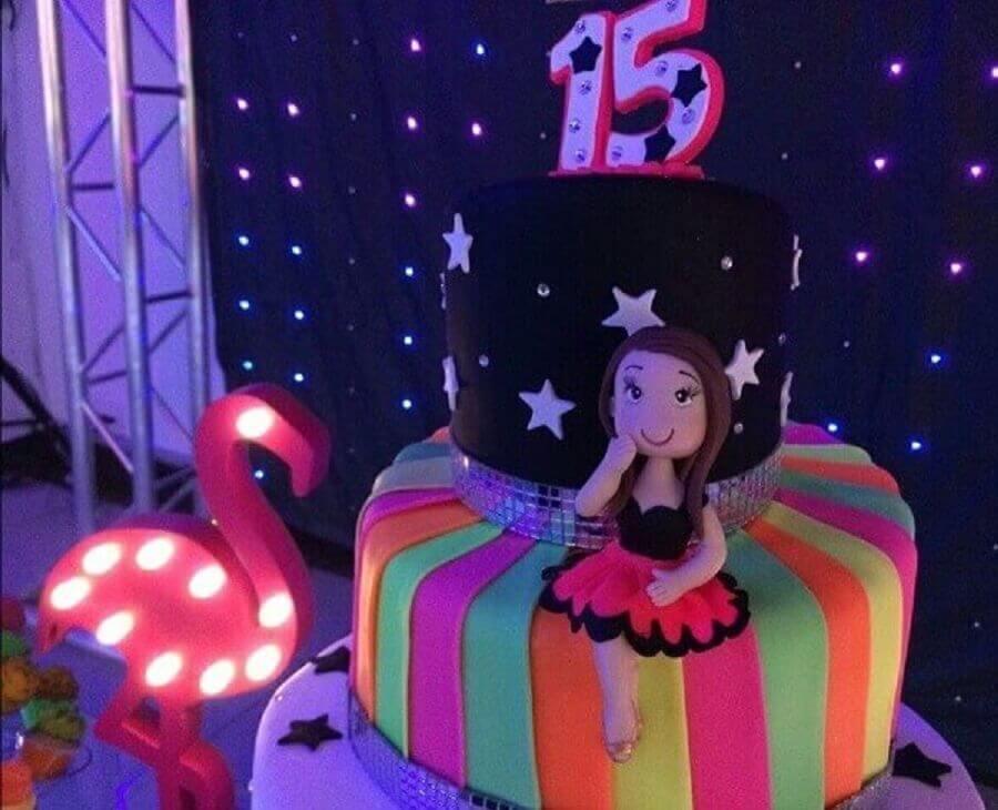 bolo para festa de 15 anos com tema neon