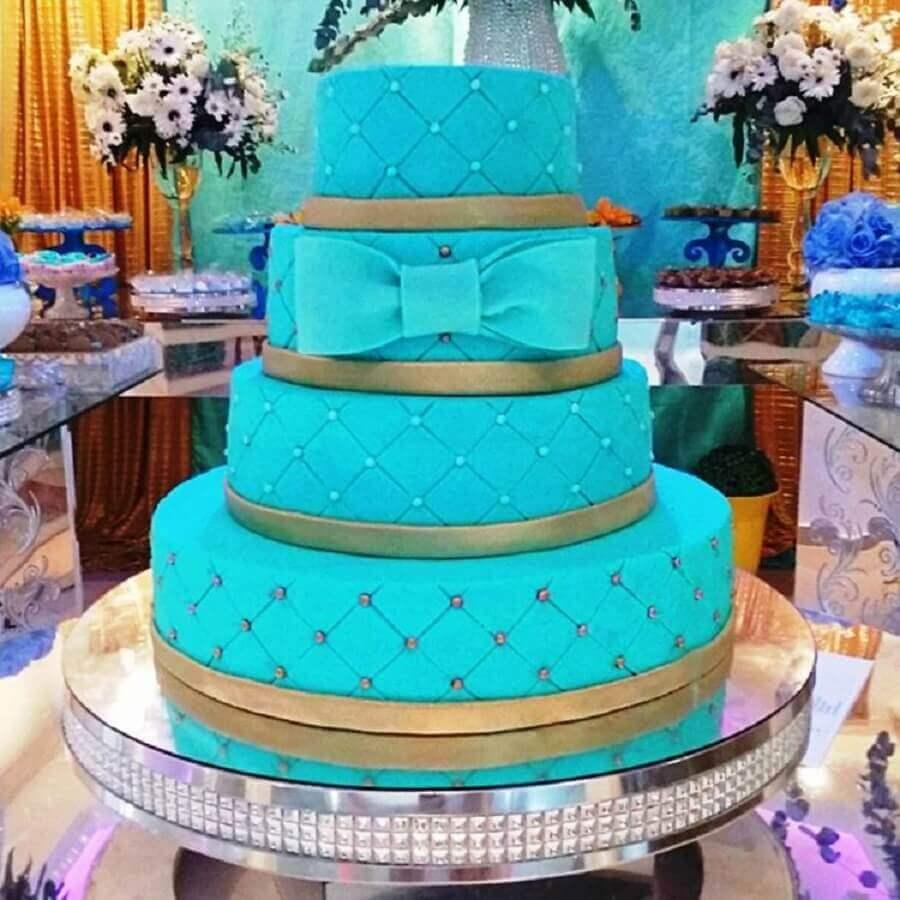 bolo para festa de 15 anos decorada com azul tiffany e dourado