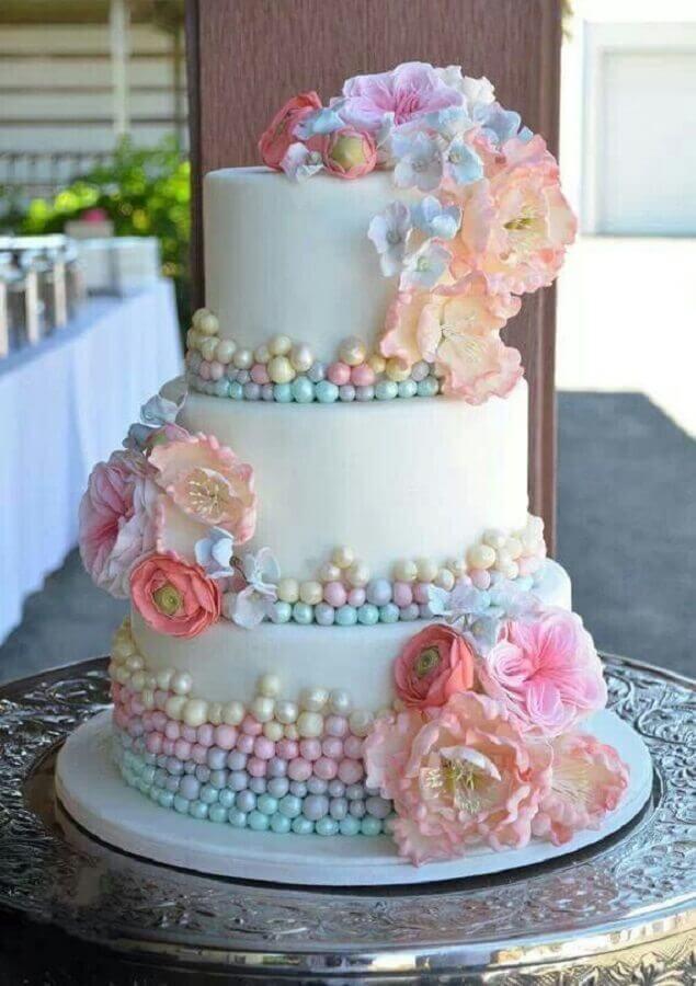 bolo para festa de 15 anos decorado em tons pastéis