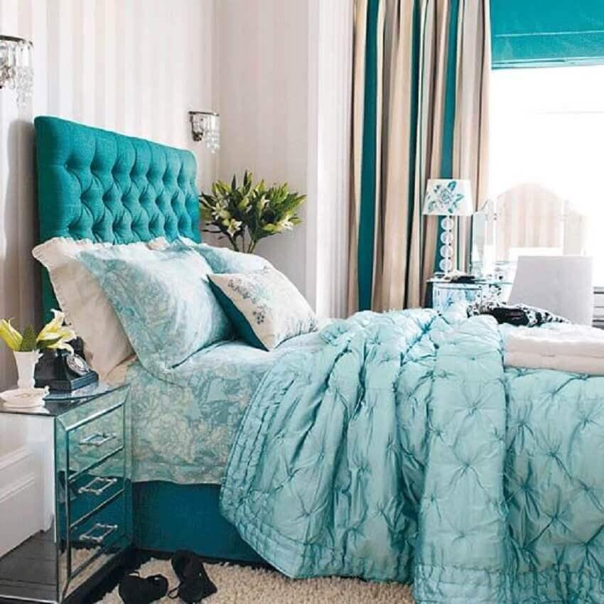 cabeceira capitonê casal para quarto decorado em tons de azul e branco
