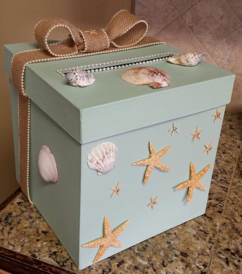 caixa de madeira decorada com conchinhas e estrelas do mar  Foto Kadoka
