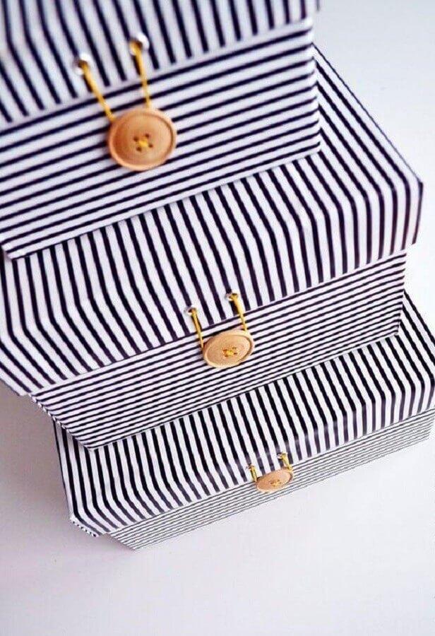 caixas decoradas para presente com papel listrado e botão de madeira Foto Pinterest