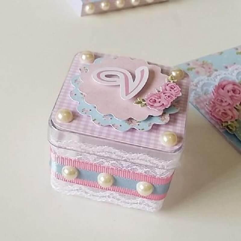 caixinha de acrílico decorada com fita renda e pérolas Foto Pinterest