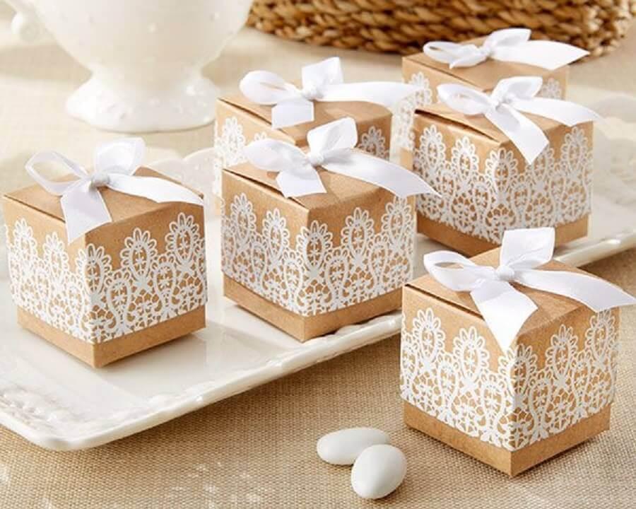 caixinha de papelão decorada com renda para lembrancinha de casamento Foto Pinterest