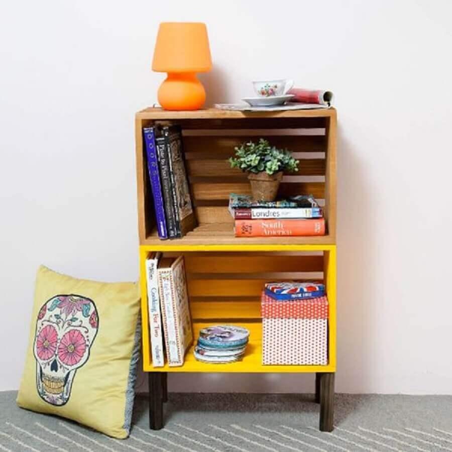 caixote de feira pintado de amarelo para fazer criado mudo