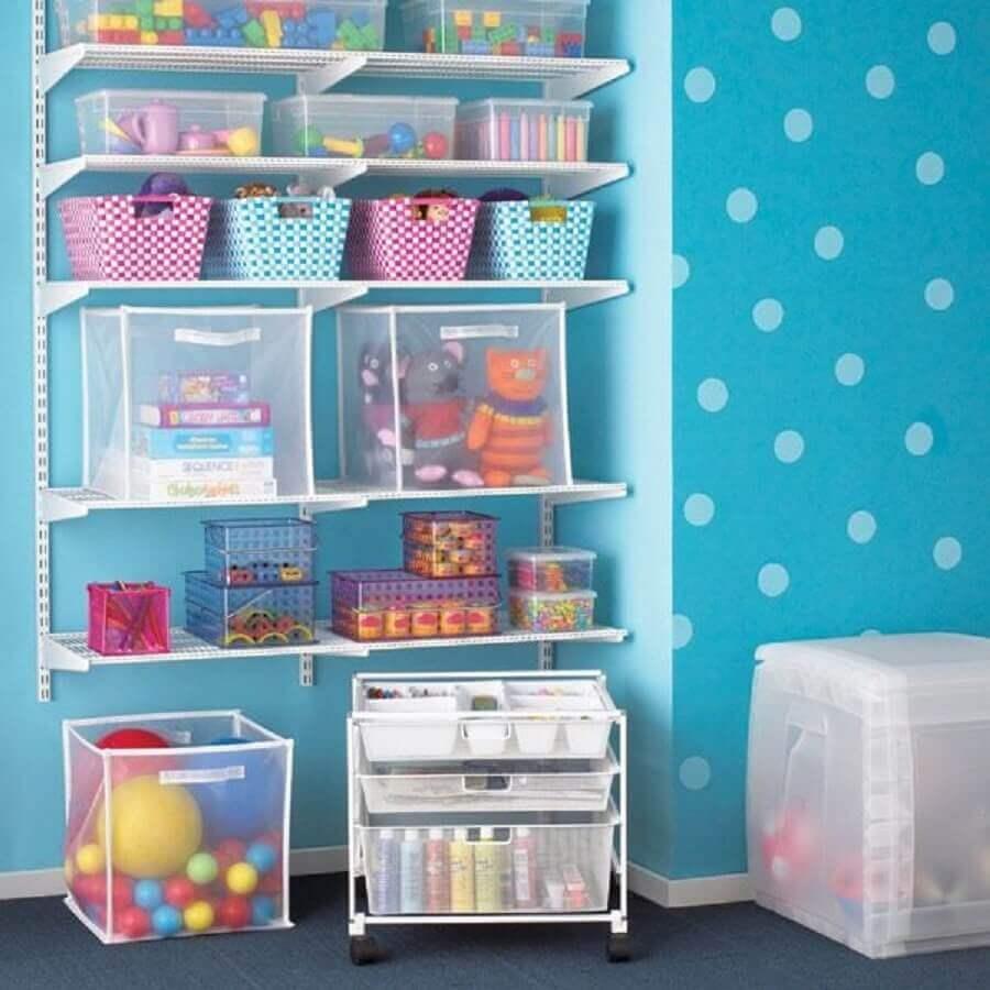 cantinho de brinquedo decorado com papel de parede de bolinha e prateleiras brancas Foto Pinterest