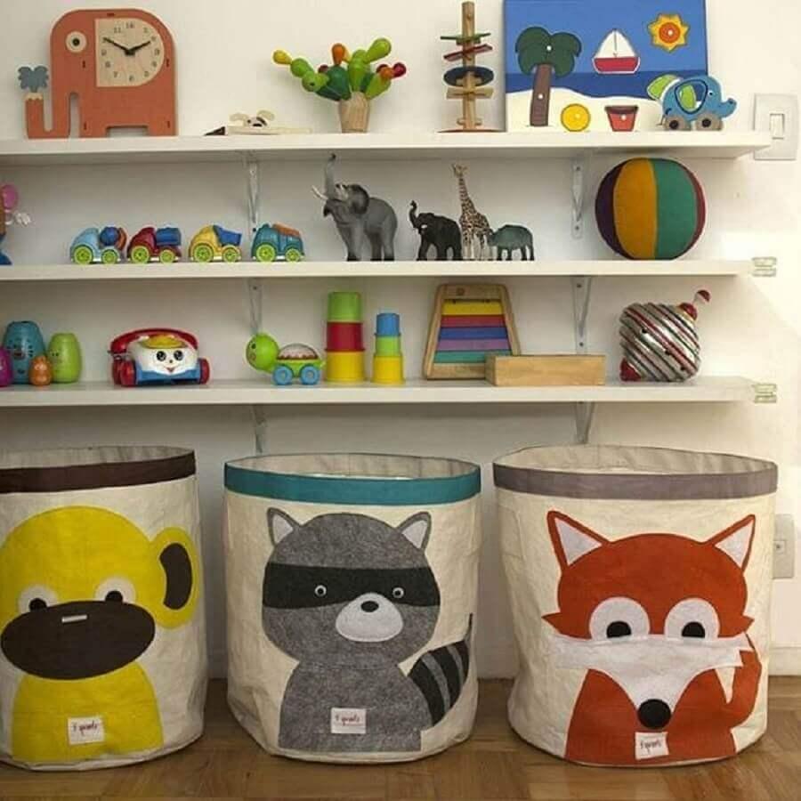 como organizar brinquedos com cestos e prateleiras Foto SociView