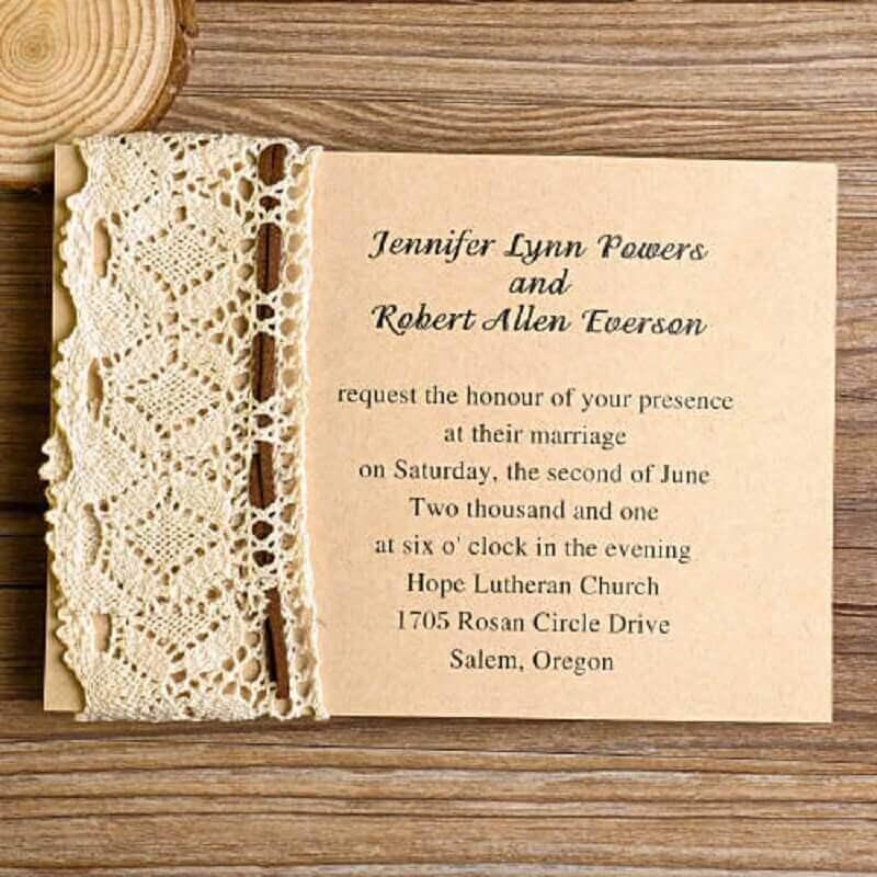 convite de casamento simples e barato com detalhe em renda na lateral
