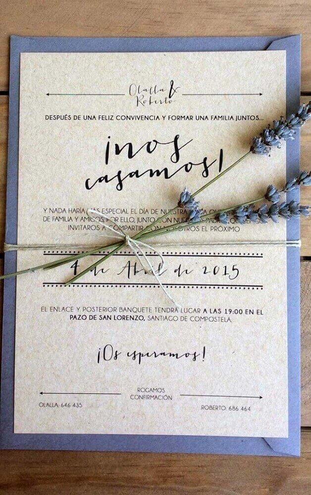 convite de casamento simples feito com papel reciclável e com pequeno raminho de flores decorando