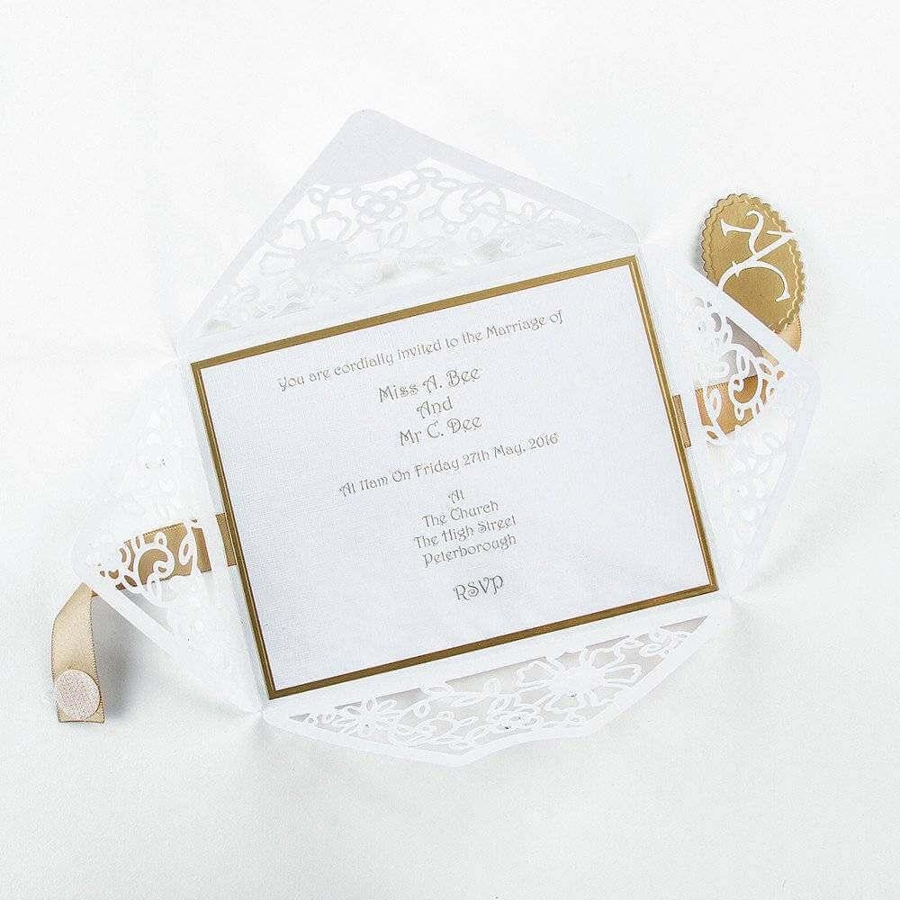convite simples de casamento com envelope com detalhes vazados