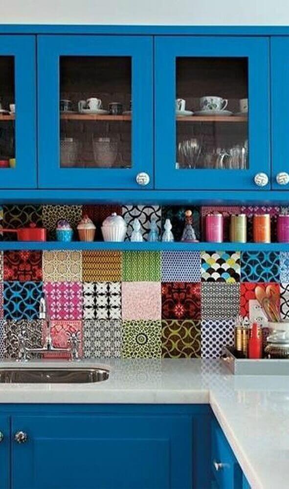 cozinha com azulejo retrô colorido e armário azul