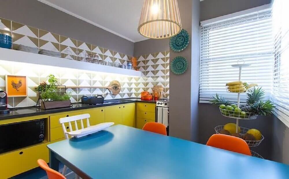cozinha com azulejo retrô e armários amarelos
