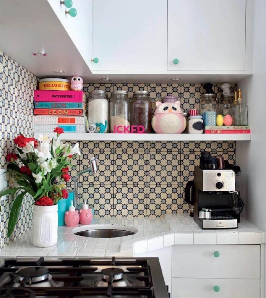 cozinha com azulejo retrô e armários brancos