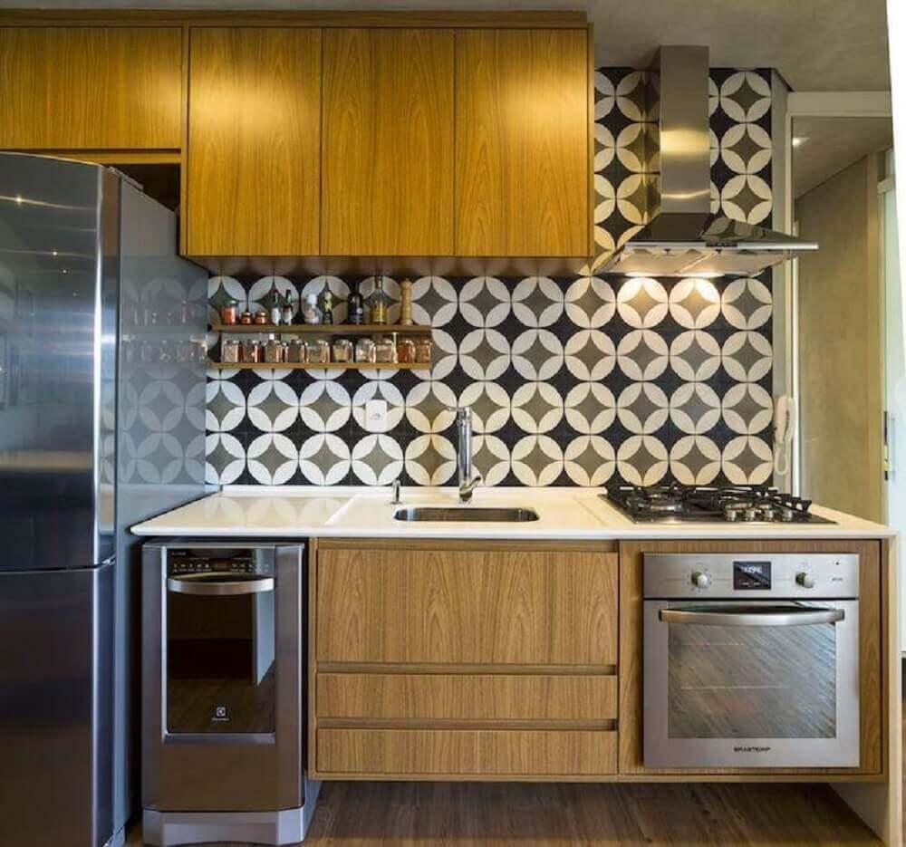 cozinha com azulejo retrô e armários planejados