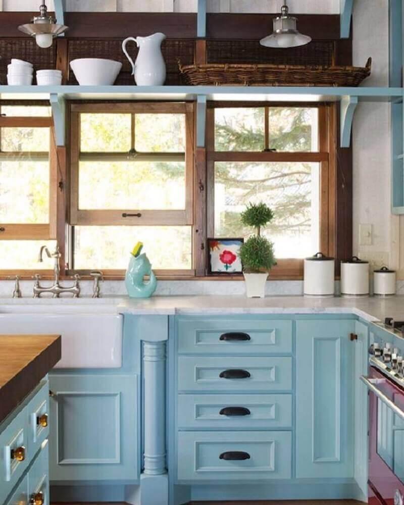 cozinha retrô planejada com armários azuis