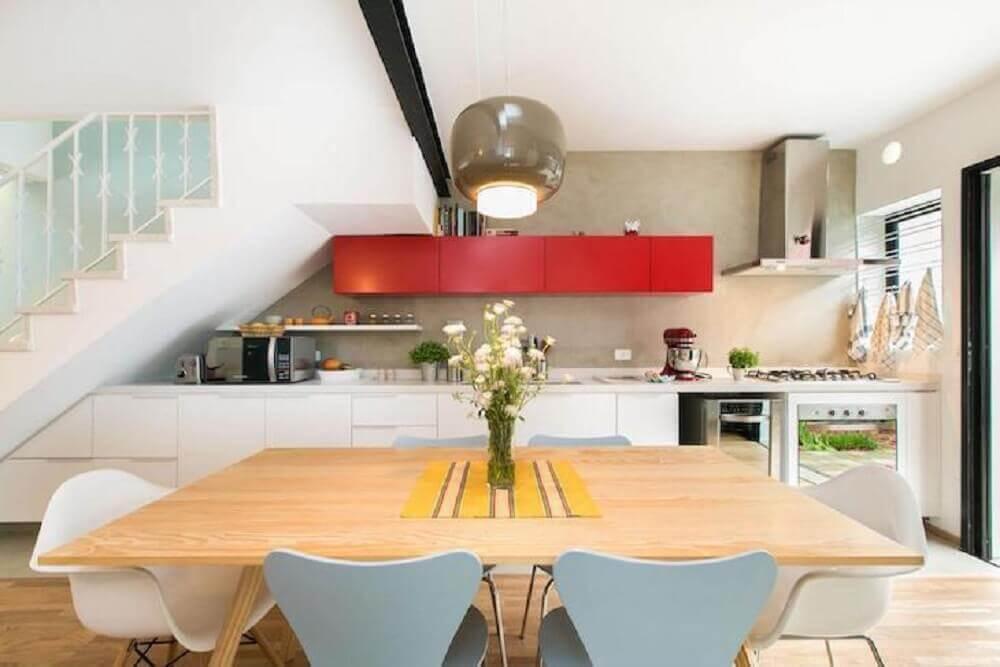 cozinha retrô planejada com armários vermelhos e brancos