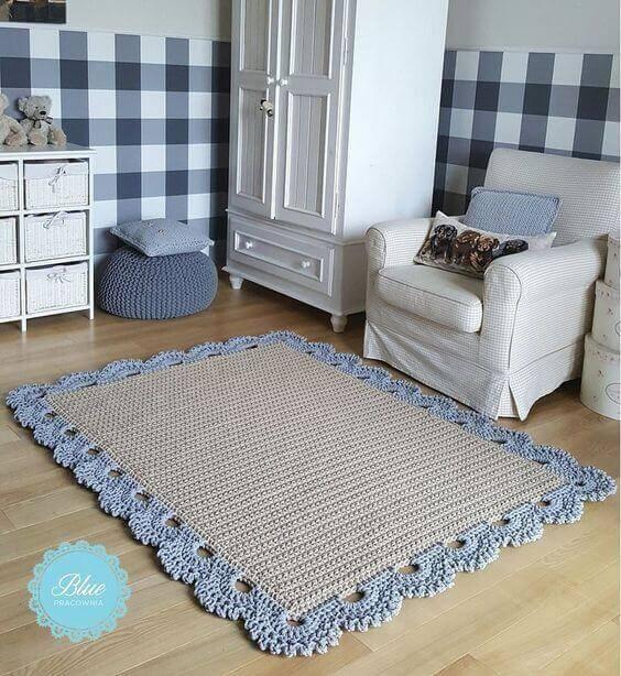 crochê - tapete de crochê com detalhes azuis