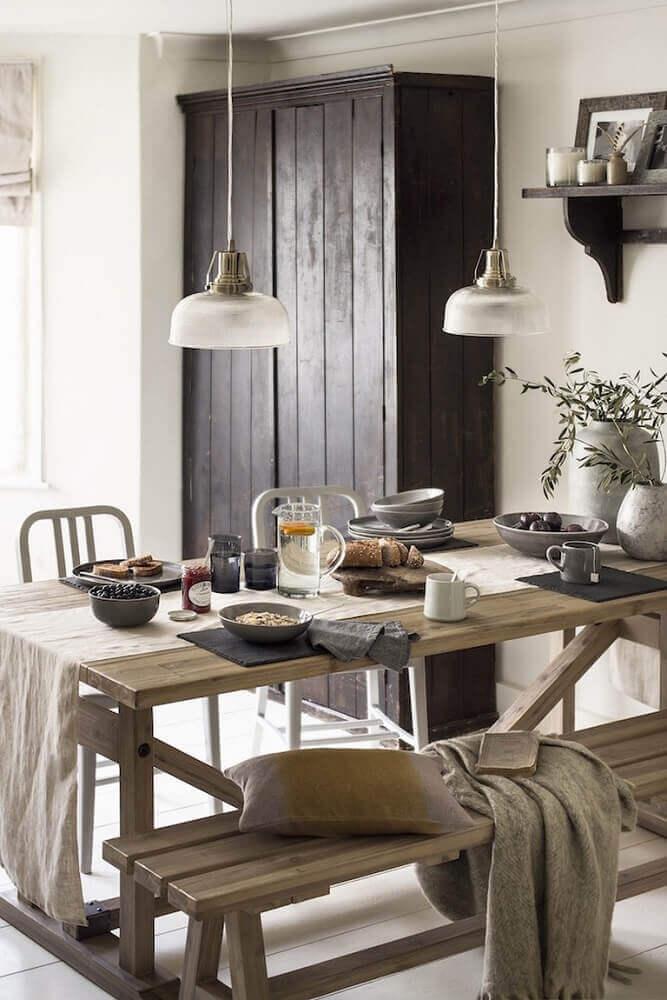 decorção hygge para sala de jantar com mesa de madeira e pendentes Foto Culture Trip