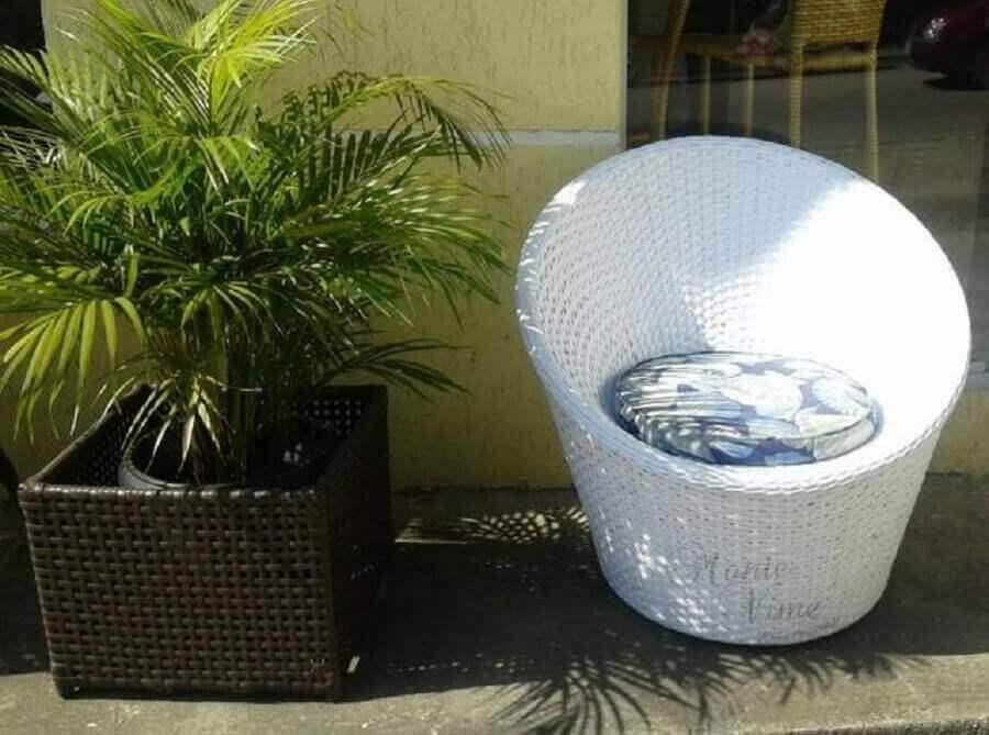decoração área externa com vaso e poltrona branca de vime Foto ThePinsta