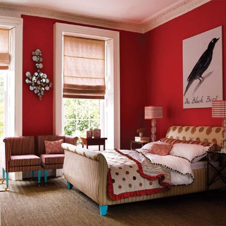 decoração clássica para quarto com parede vermelha - Foto grezu