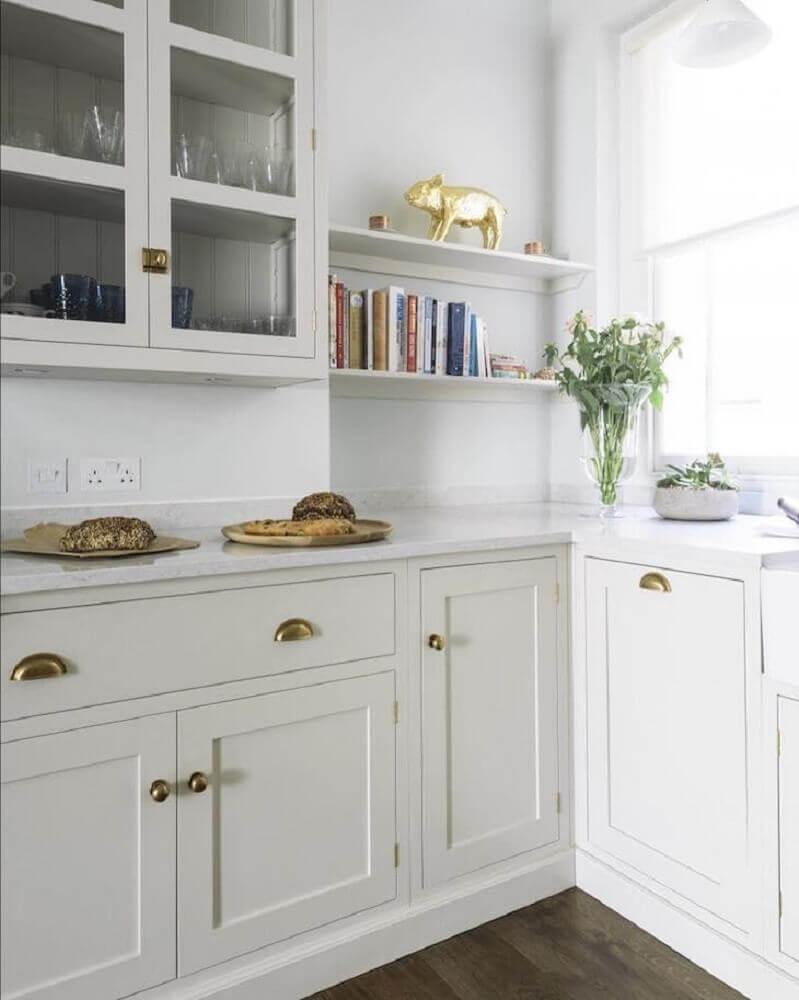 decoração clean com armário de cozinha retrô com detalhes dourados