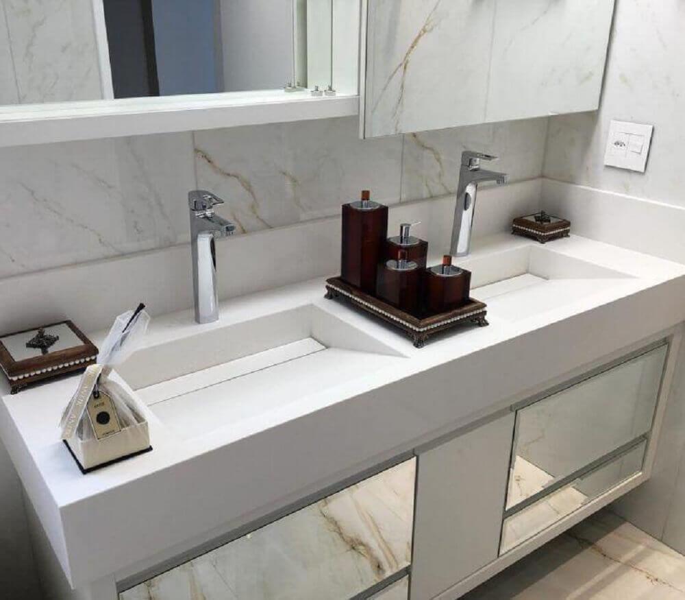 decoração clean para banheiro com duas pia esculpida em porcelanato Foto Marmsto