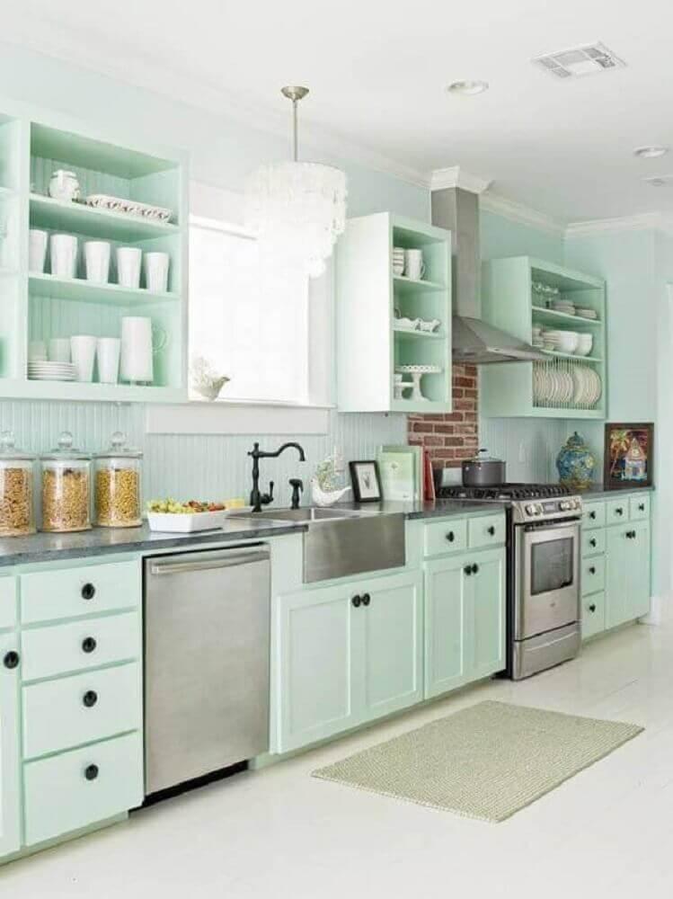 decoração clean para cozinha retrô com armário planejado em verde claro