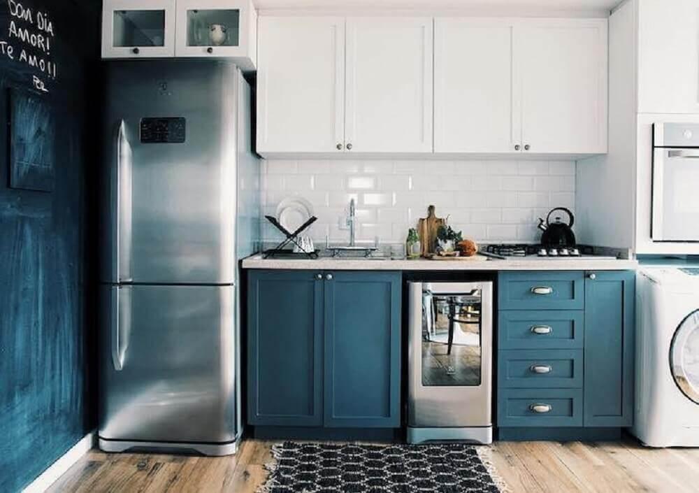 decoração com armário de cozinha retrô e parede com tinta lousa