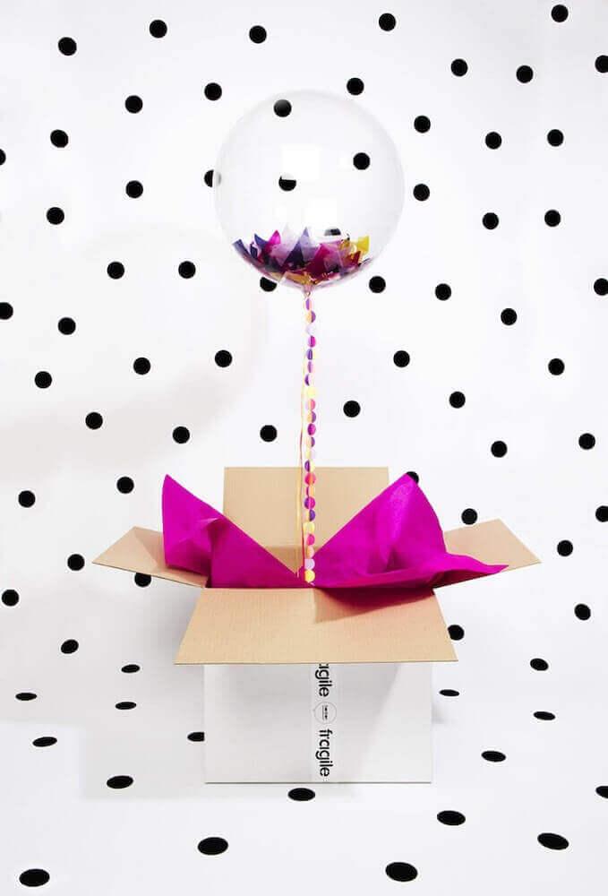 decoração com balão para festa na caixa - Foto Brit + Co