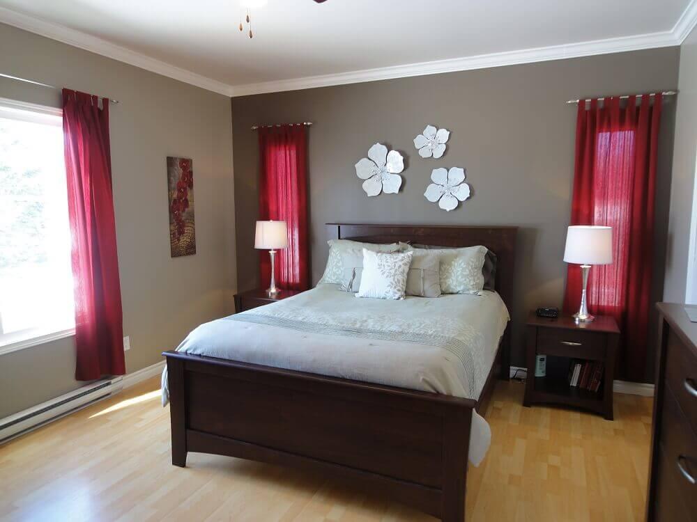 decoração com cortina vermelha para quarto de casal - Foto unsizdk