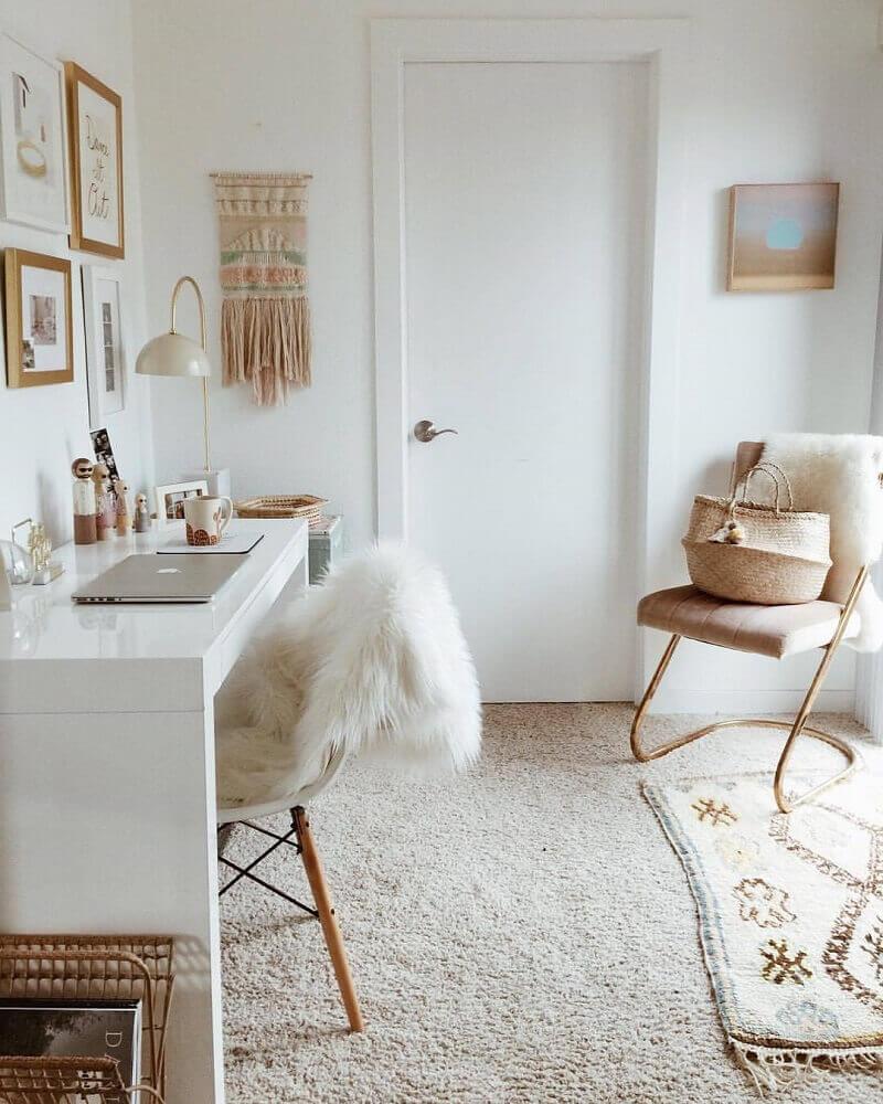 decoração com detalhes dourados em ambiente com estilo hygge Foto Taylor Sterling