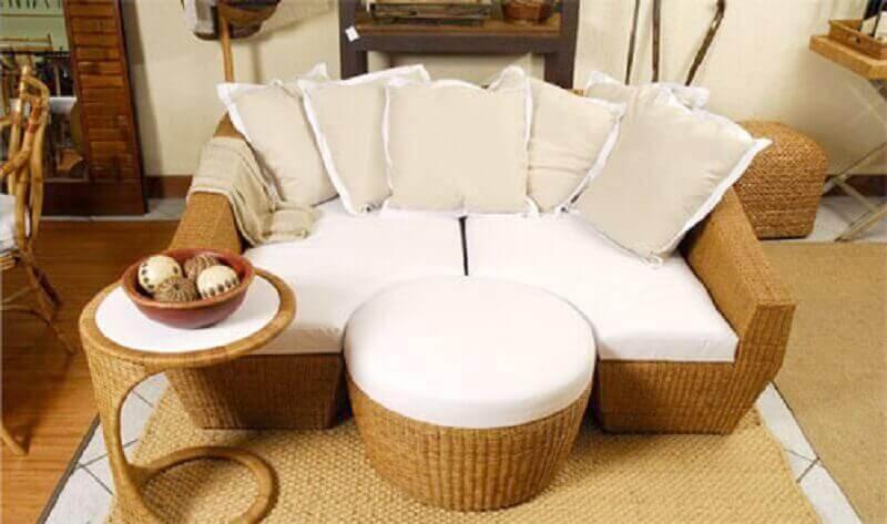 decoração com móveis de vime assento branco e muitas almofadas Foto Pinterest