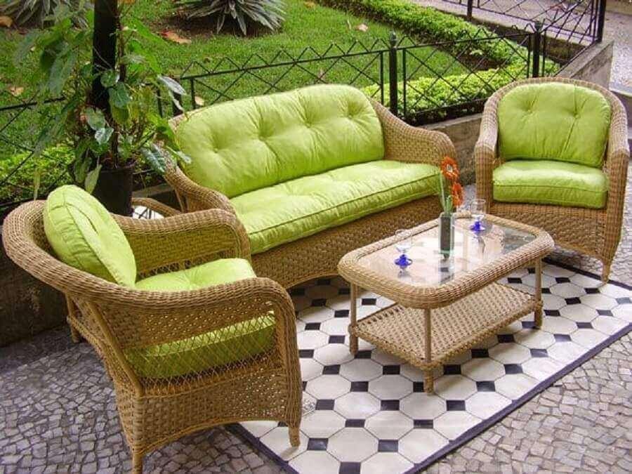 decoração com móveis de vime para varanda com assento verde e mesa de centro com tampo de vidro Foto mejakomputer