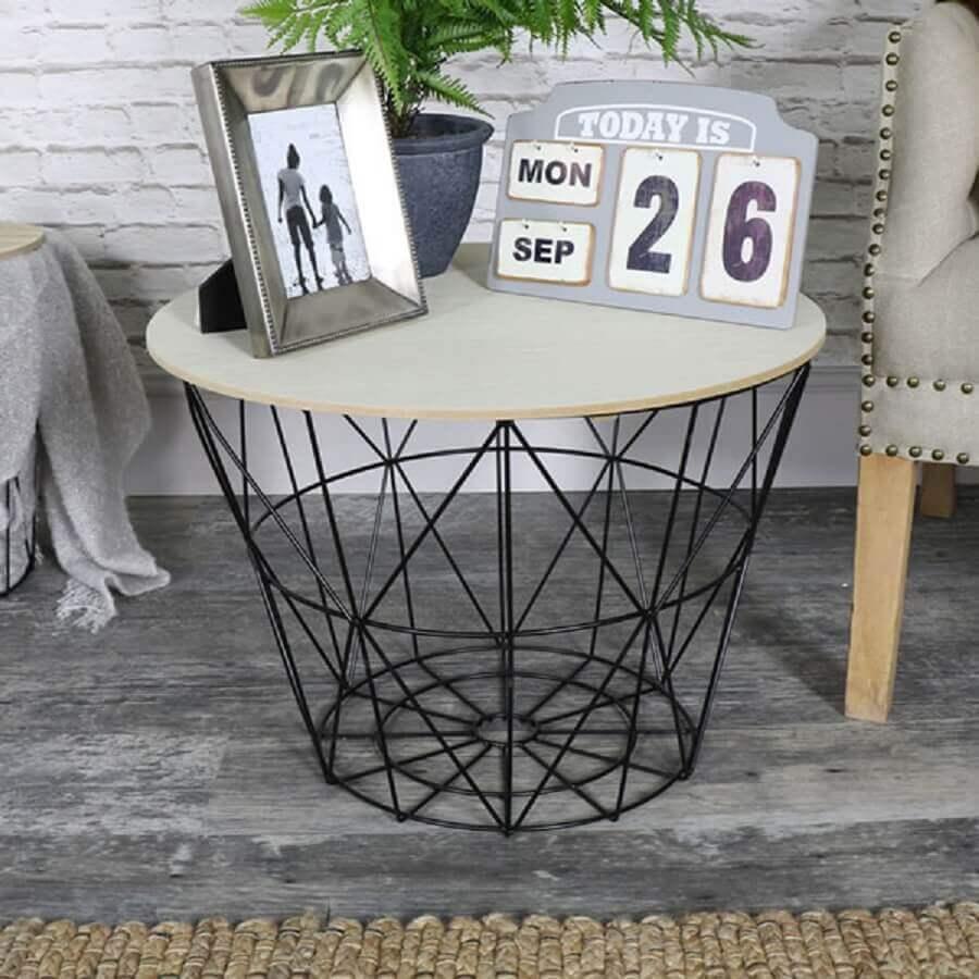 decoração com mesa lateral feita com cesto de roupa
