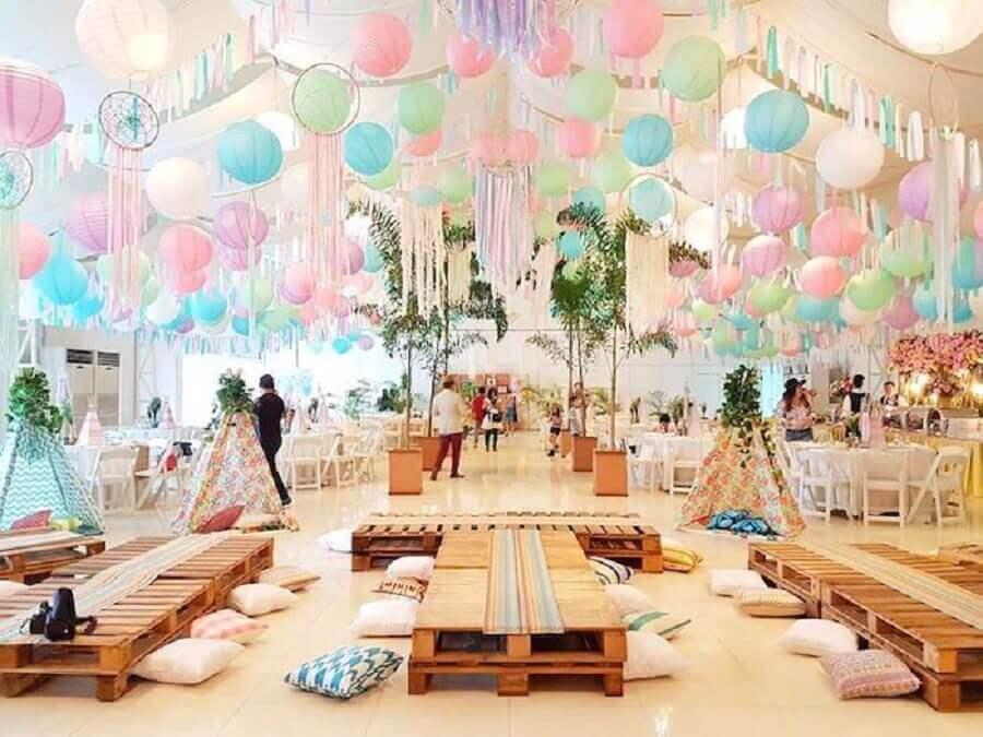 decoração com muitas bolas para festa de 15 anos com tema Coachella