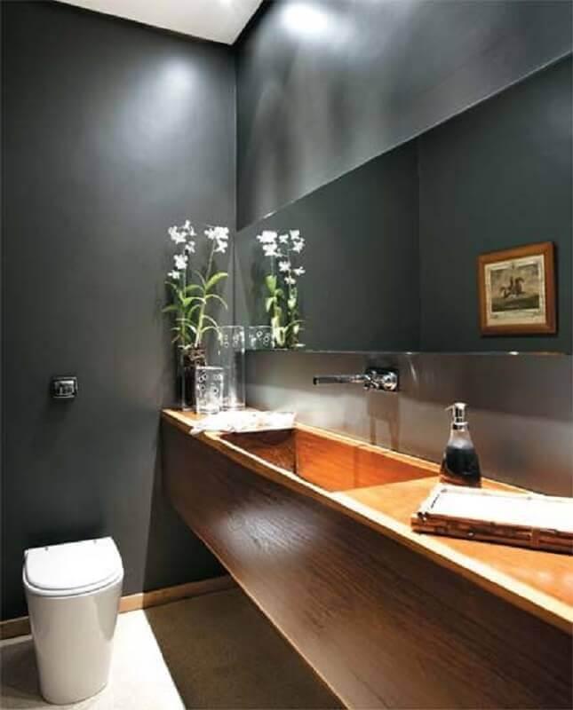 decoração com pia esculpida em porcelanato imitando madeira em lavabo pequeno com paredes cinza Foto Pinterest
