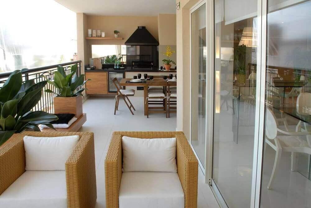 decoração com poltrona de vime com assento branco para varanda Foto Teresinha Nigri